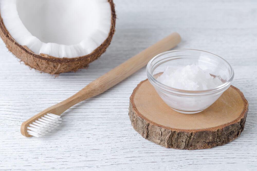 El aceite de coco en crema se utiliza como complemento de la higiene bucal.