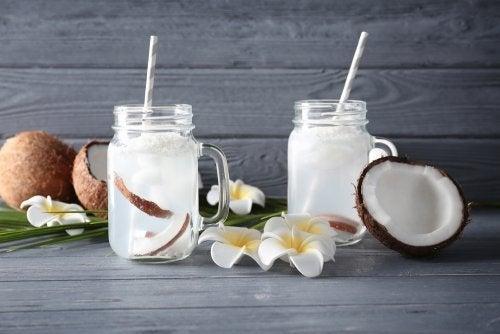 Coco y agua de coco.