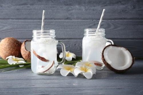 El agua de coco, útil frente a una infección urinaria.