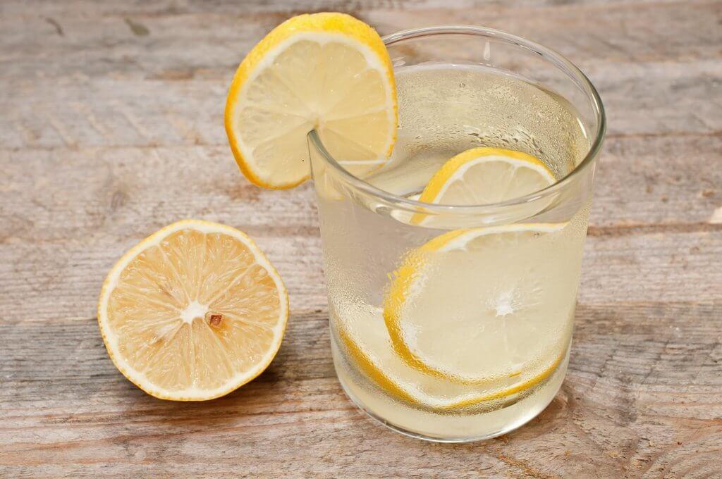 Agua con limón remedios matutinos para combatir la celulitis