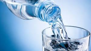 Agua-pura-en-un-vaso