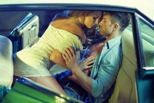 Posiciones para hacer el amor en el coche: amazona