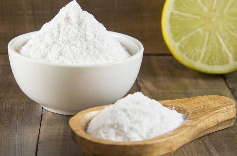 Bicarbonato de sodio junto a una rodaja de limón.