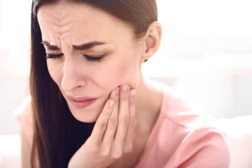 Mujer con dolor por cálculo de la glándula salival.