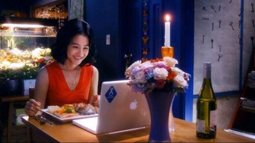 Mujer teniendo una cena virtual.