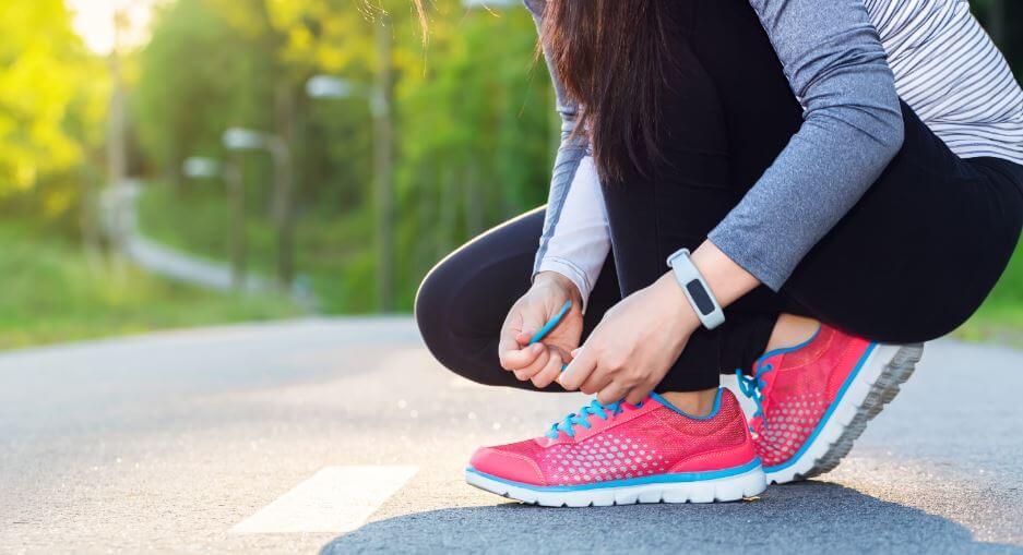 Usar un calzado cómodo ayuda a disminuir las molestias en los pies.