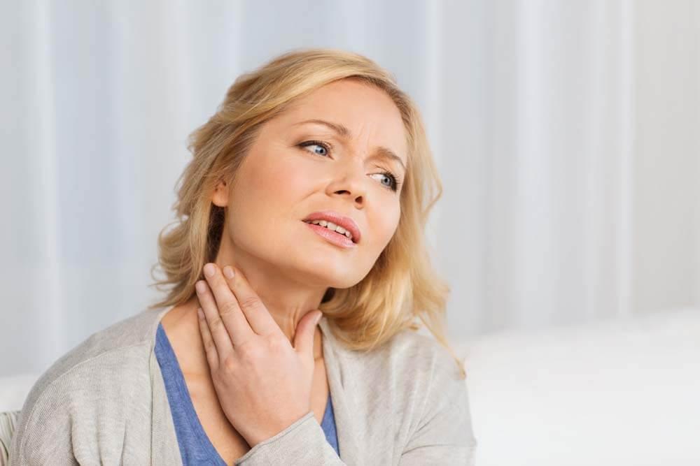 Mujer con nódulos tiroideos