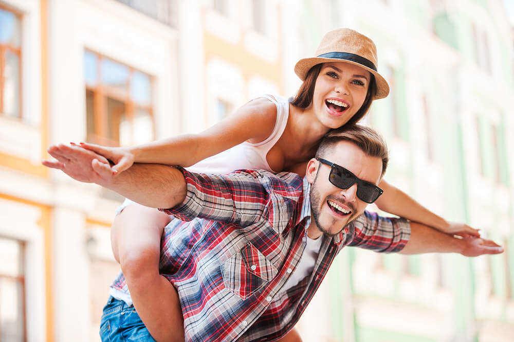 pareja que experimenta distintos clases de felicidad