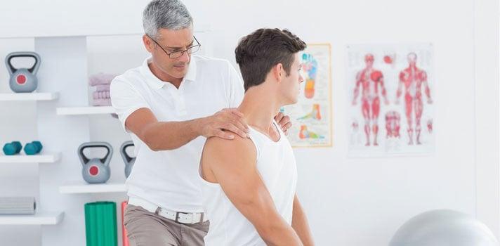 Hombre en el fisioterapeuta.