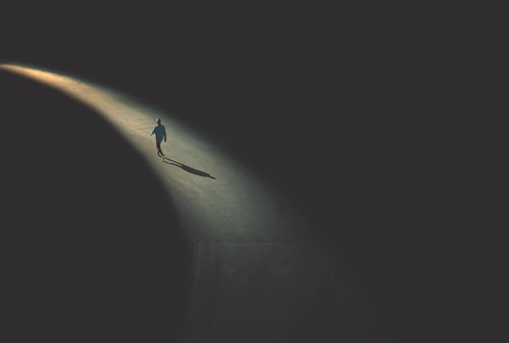 Hombre caminando solo
