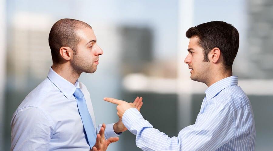 Hombre culpando a otro, proyección psicológica