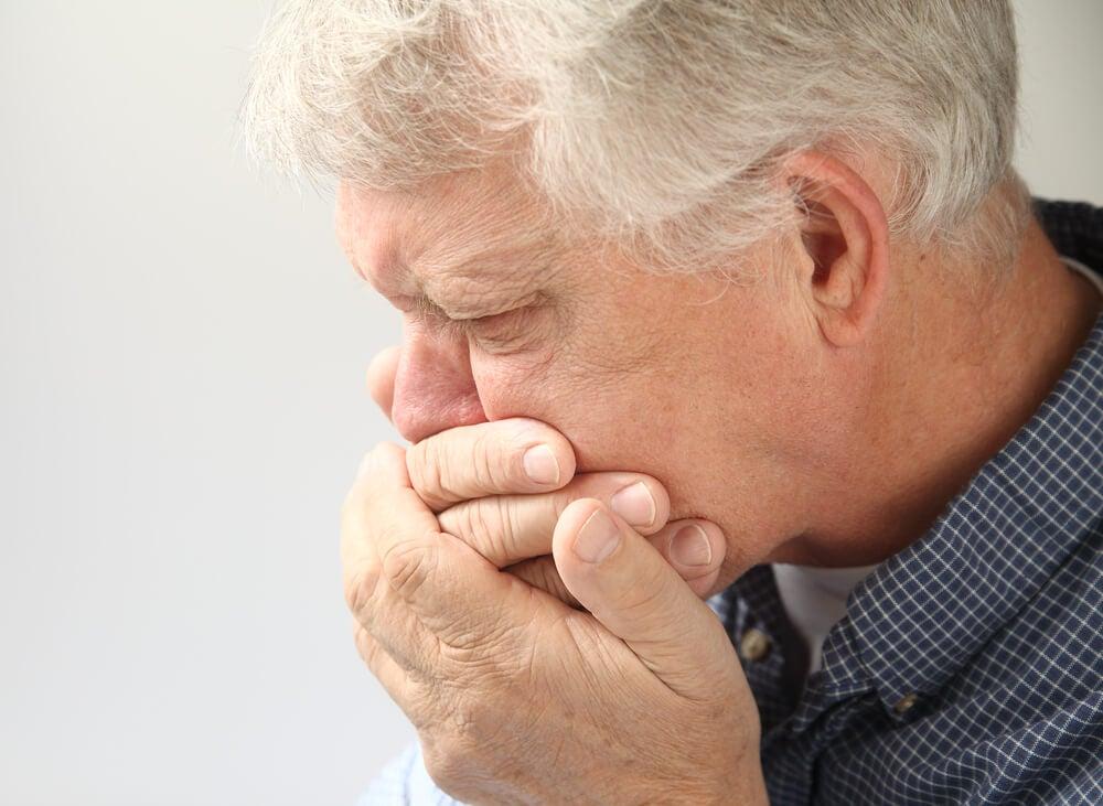 Hombre con náuseas
