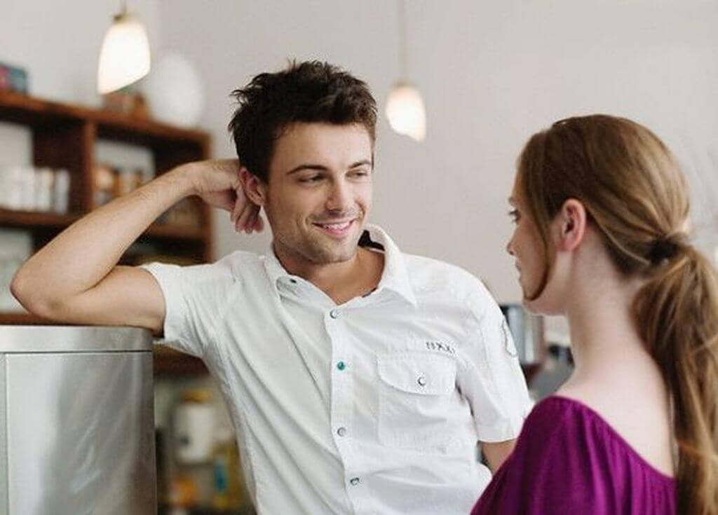 Hombre hablando con una mujer.