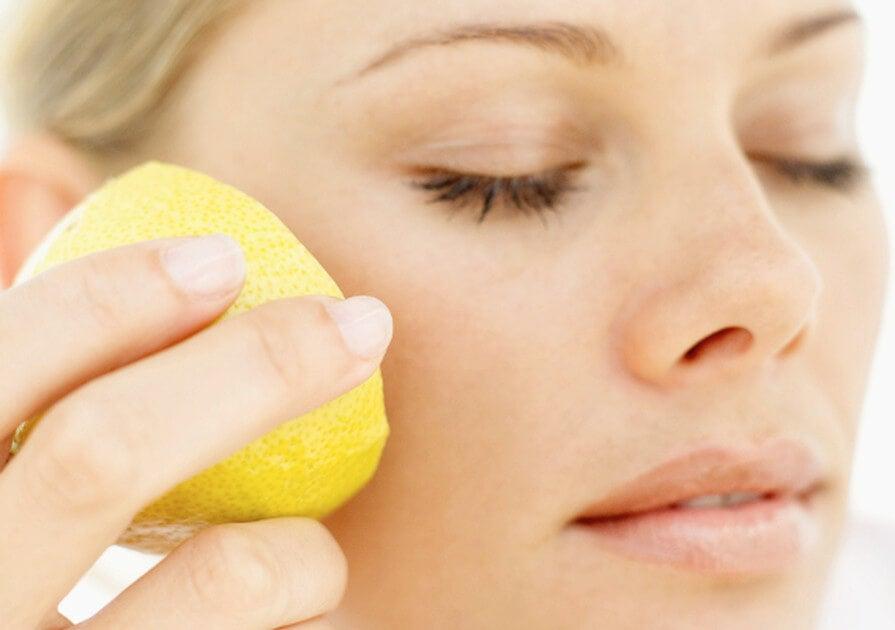 Usa el limón para embellecer tu piel de forma natural