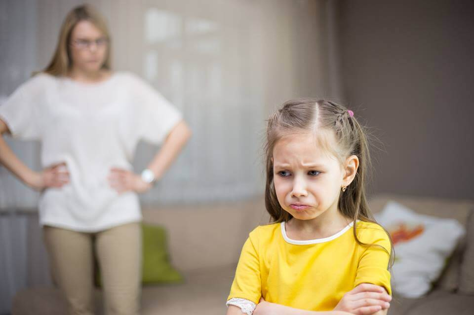 Niña enfadada por recibir castigos