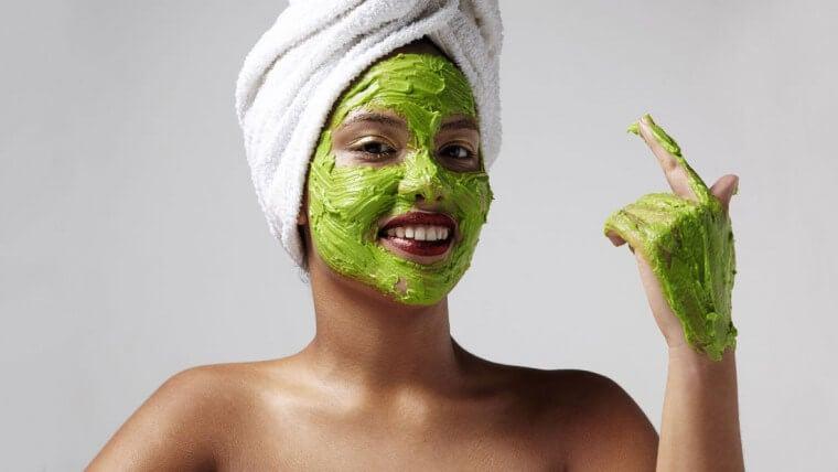 Mujer luciendo una mascarilla de aguacate