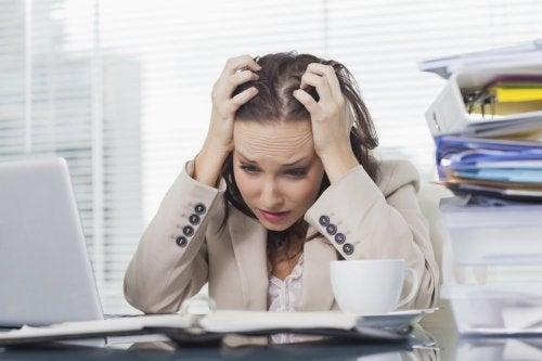 Mujer con mucho estrés en la oficina.