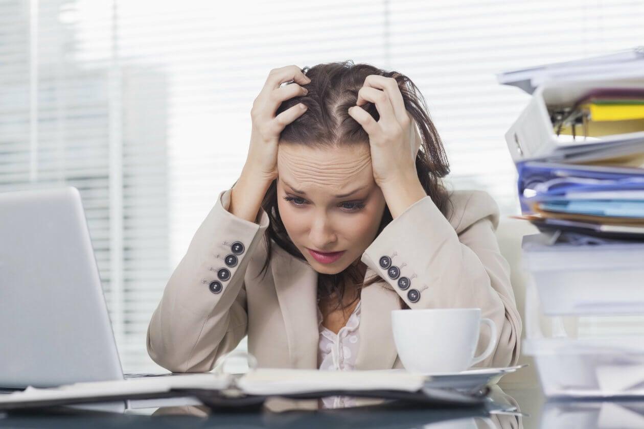 Persona con mucho estrés. Practicar yoga en tiempos de crisis