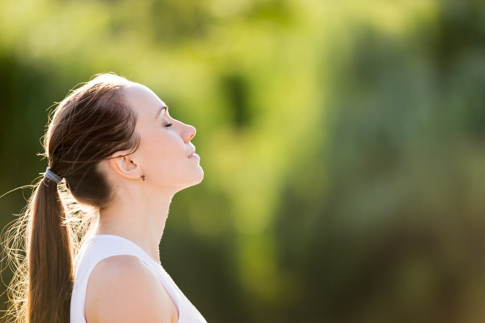 Mujer conectando con su interior