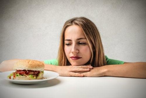 Restringir alimentos no es la solución para una dieta