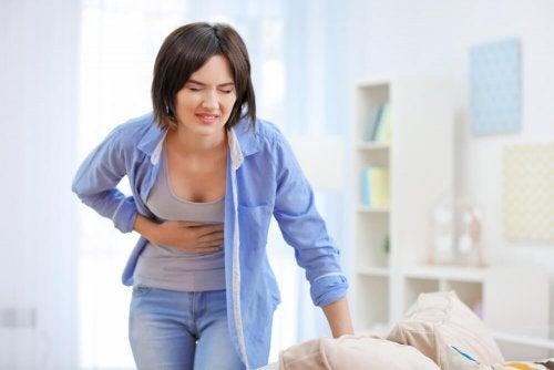 Mujer con dolor de tripa