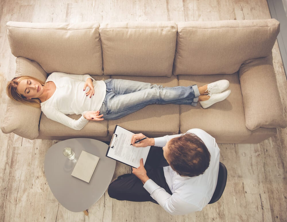 Mujer en la consulta del psicólogo