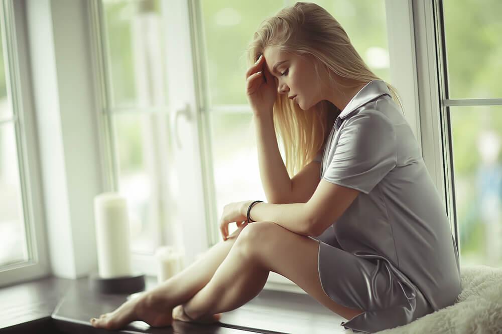 Mujer en su casa pensando