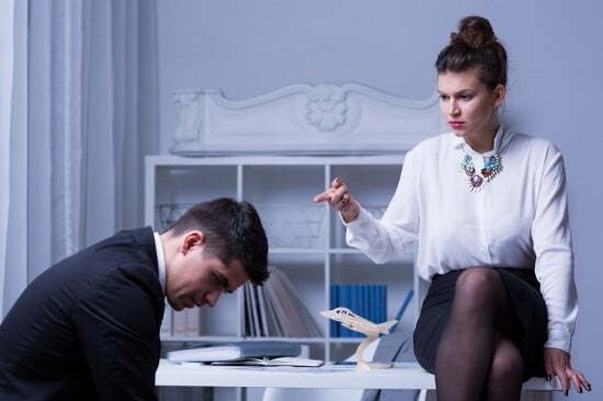 Mujer humillando a un hombre