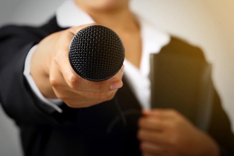Mujer sujetando un micrófono