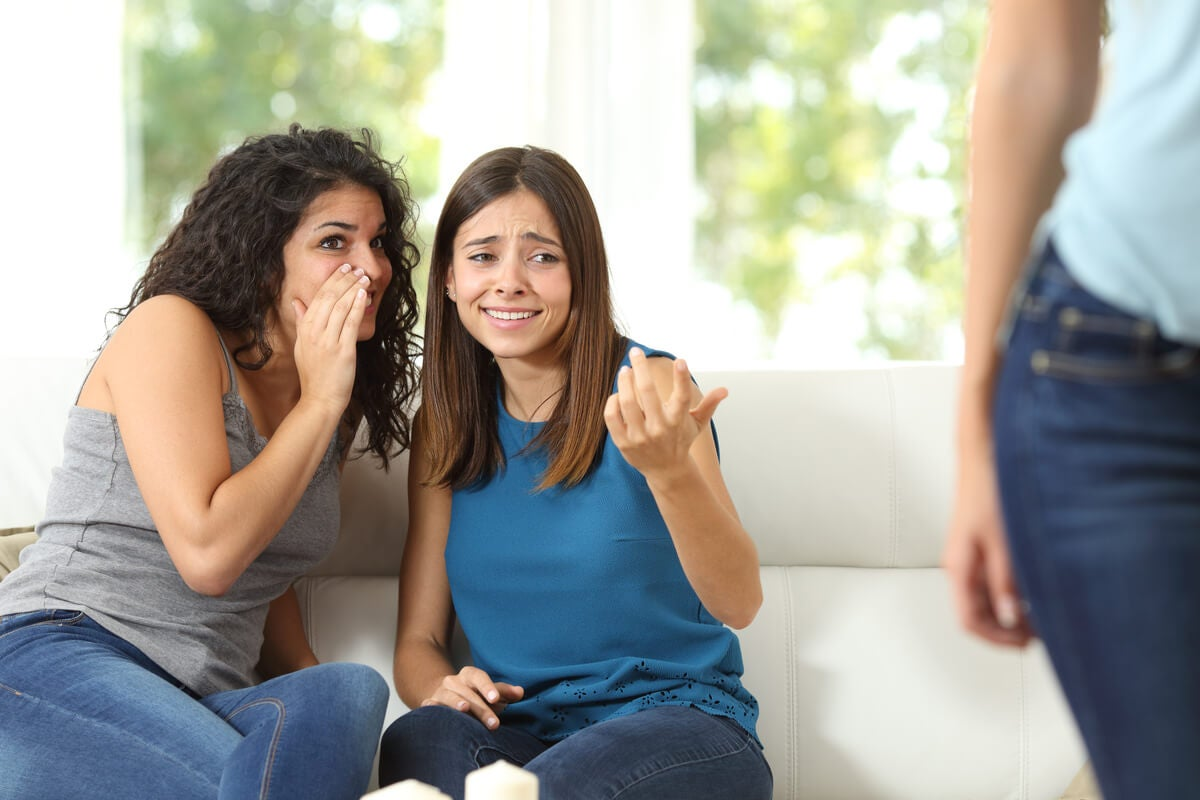 Mujeres hablando mal de otra