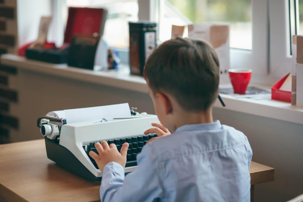 Niño con máquina de escribir