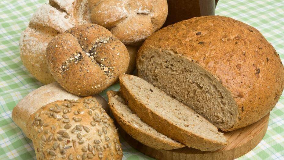 El pan de salvado contiene carbohidratos saludables en una dieta para tener más energía