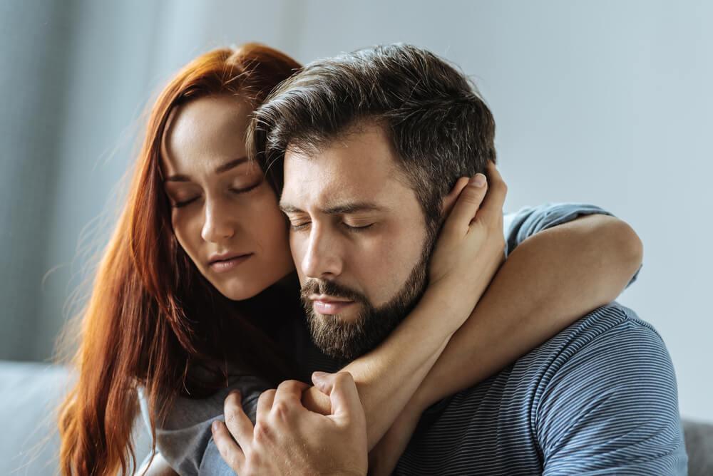 Pareja abrazándose para superar juntos el problema de la eyaculación precoz durante el sexo