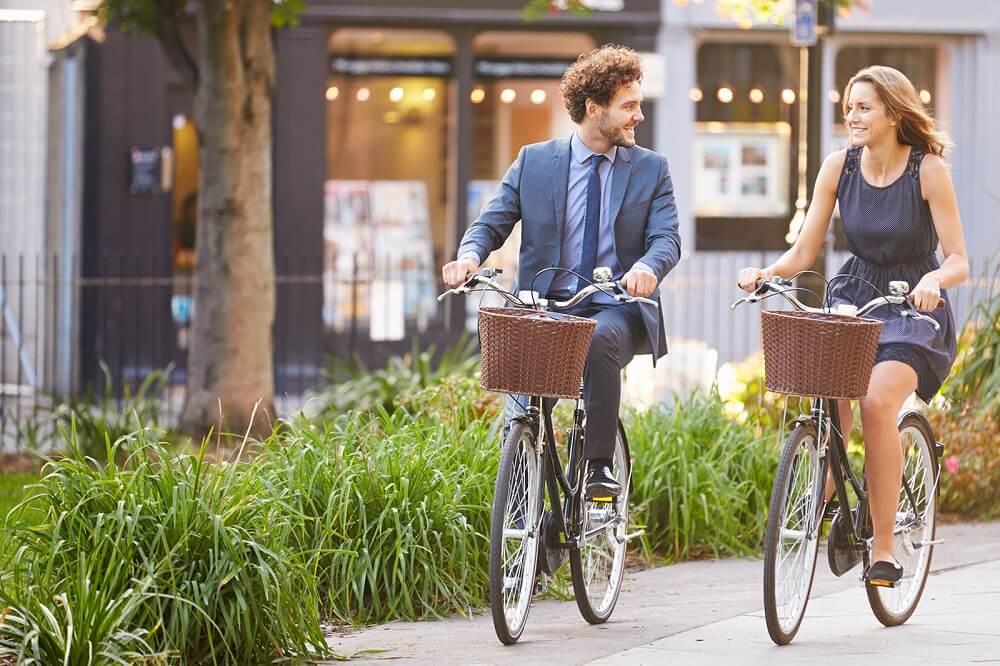 Pareja en bicicleta por la calle