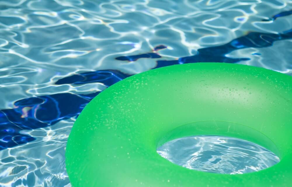 Flotador en una piscina.
