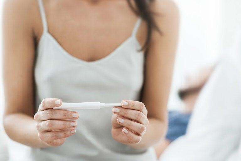 ¿Puedes quedarte embarazada usando la marcha atrás?