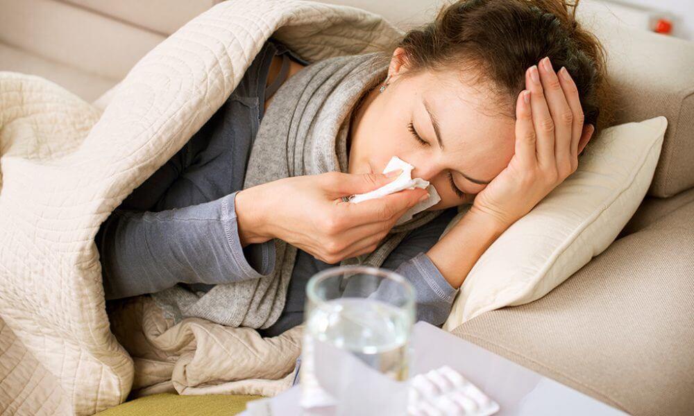 """¿Cuáles son las diferencias entre la rinitis alérgica y el resfriado común"""""""