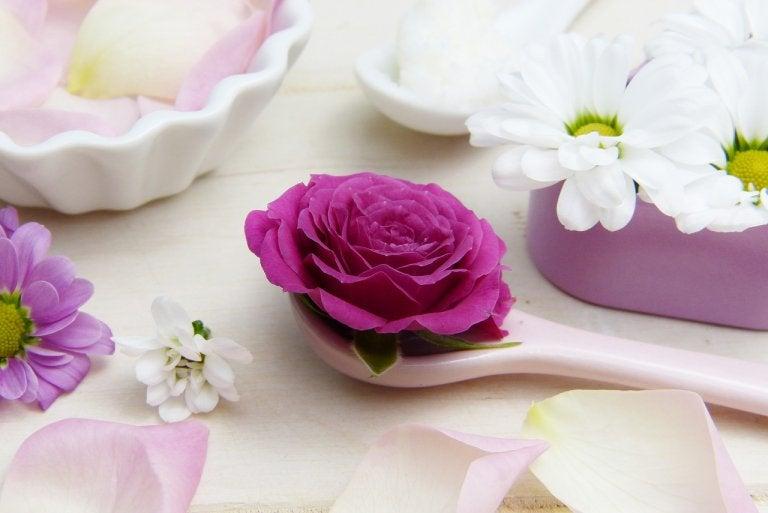 6 beneficios de los pétalos de rosa