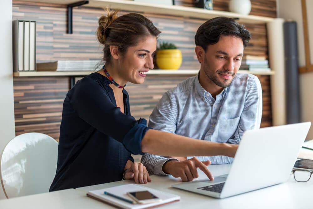 Hombre y mujer trabajando con el ordenador.
