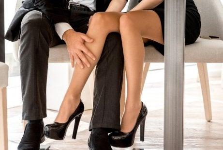 Sexo en una silla de oficina.