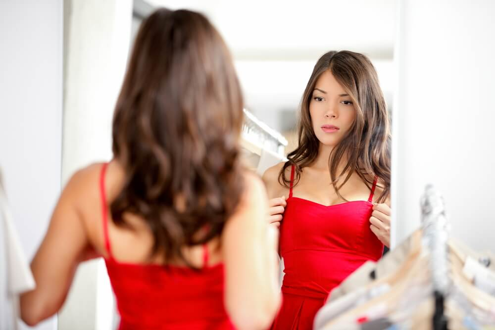 chica mirándose al espejo simbolizando el respeto hacia ti mismo