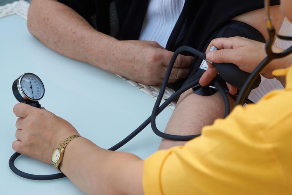 ¿Tener gas aumenta la presión arterial?