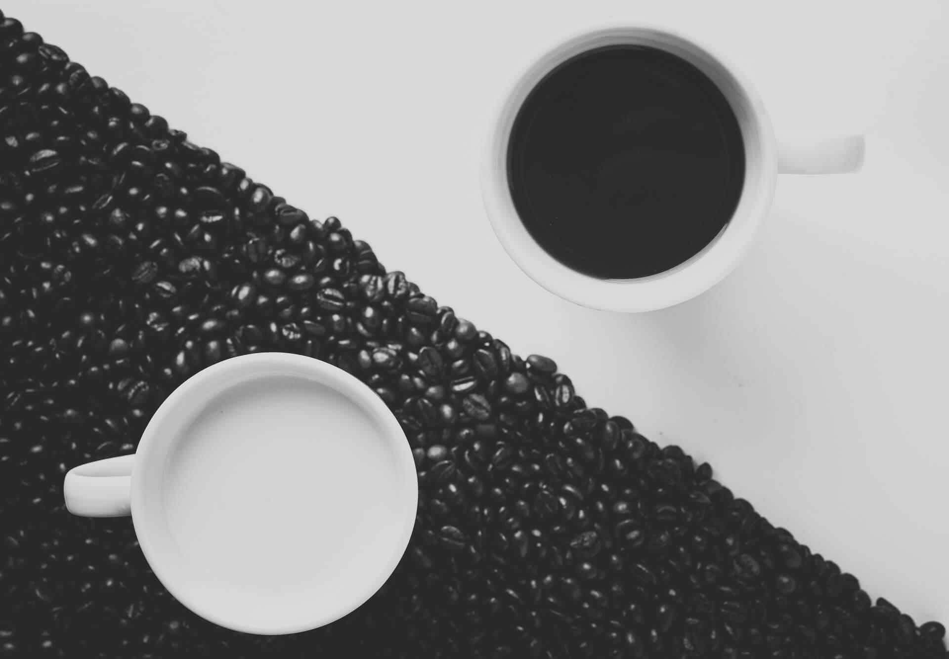 Tazas blanco y negro representando yin yang.