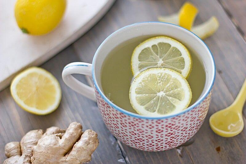 Infusión con limón y rama de jengibre.