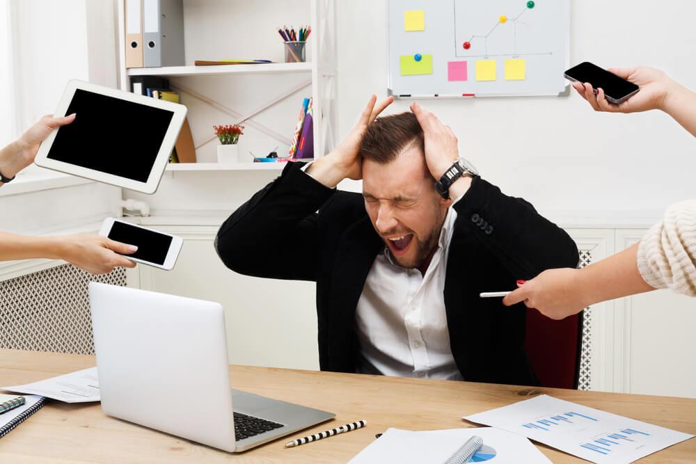 Hombre frente al ordenador con un alto nivel de estrés.