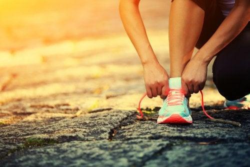 zapatillas de deporte y ejercicios para adelgazar pierna