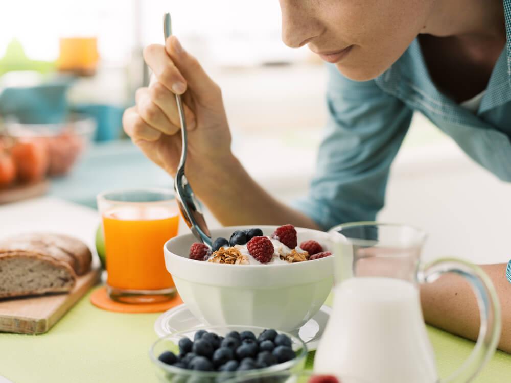 Mujer haciendo dieta para perder peso rápidamente