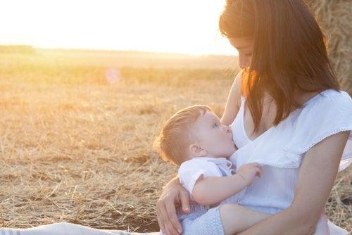 Madre amamantando a su hijo