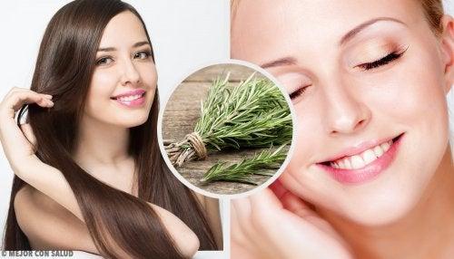 7 usos y beneficios del agua de romero para el cabello y la piel