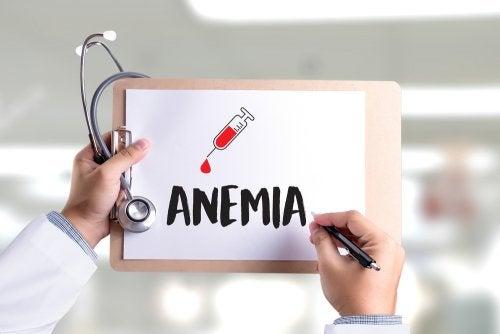 médico sosteniendo cartel anemia